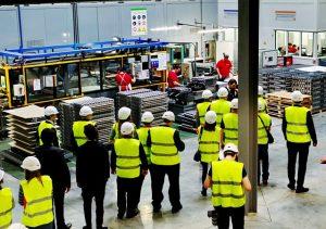 делегация на заводе по выпуску радиаторов