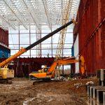работа эксковаторов и подъемных кранов на строительстве